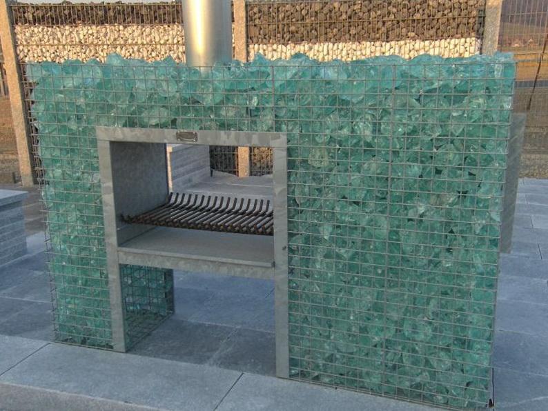 Kamin befüllt mit Glasbrocken